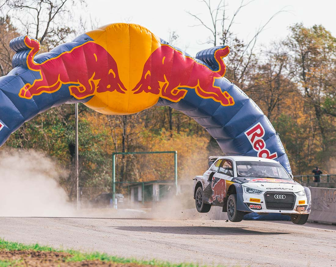 Red-Bull-Andrea-Dovizioso-sotto-arco-con-Audi-portfolio-Claudio-Bellosta-Studio